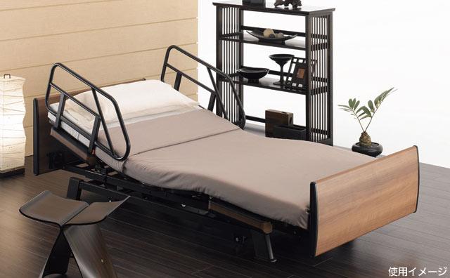 介護ベッド 2モーターベッド 和夢 雅 背/脚連動モーションタイの使用イメージ。木目調のベッドで一見介護ベッドには見えませんね。