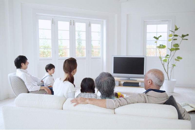 家族と一緒にテレビを楽しむ