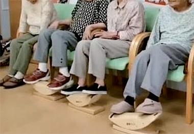 あしふみ健幸ライフ 標準タイプ 座ったままで足踏み運動の説明